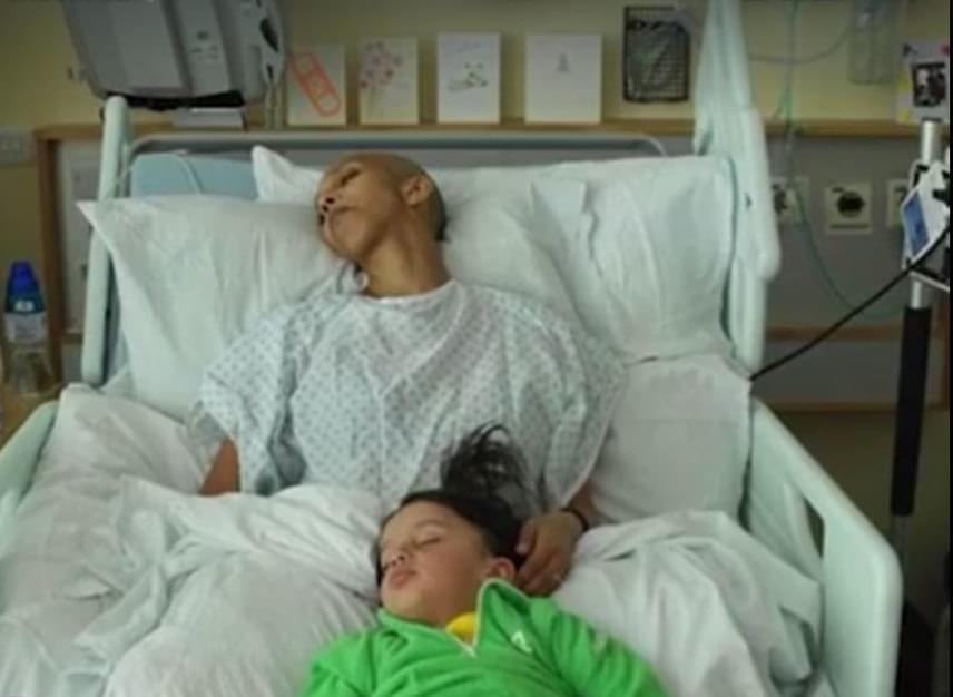 Családja mindvégig támogatta őt. Ezen a képen nagyobbik gyermekével pihent a kórházi ágyán.