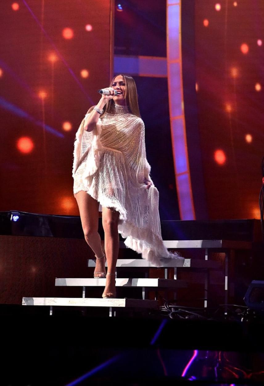 Jennifer Lopez a színpadra is egy merész darabot választott: a csillogó ruha szoknyarésze teljesen áttetsző volt.