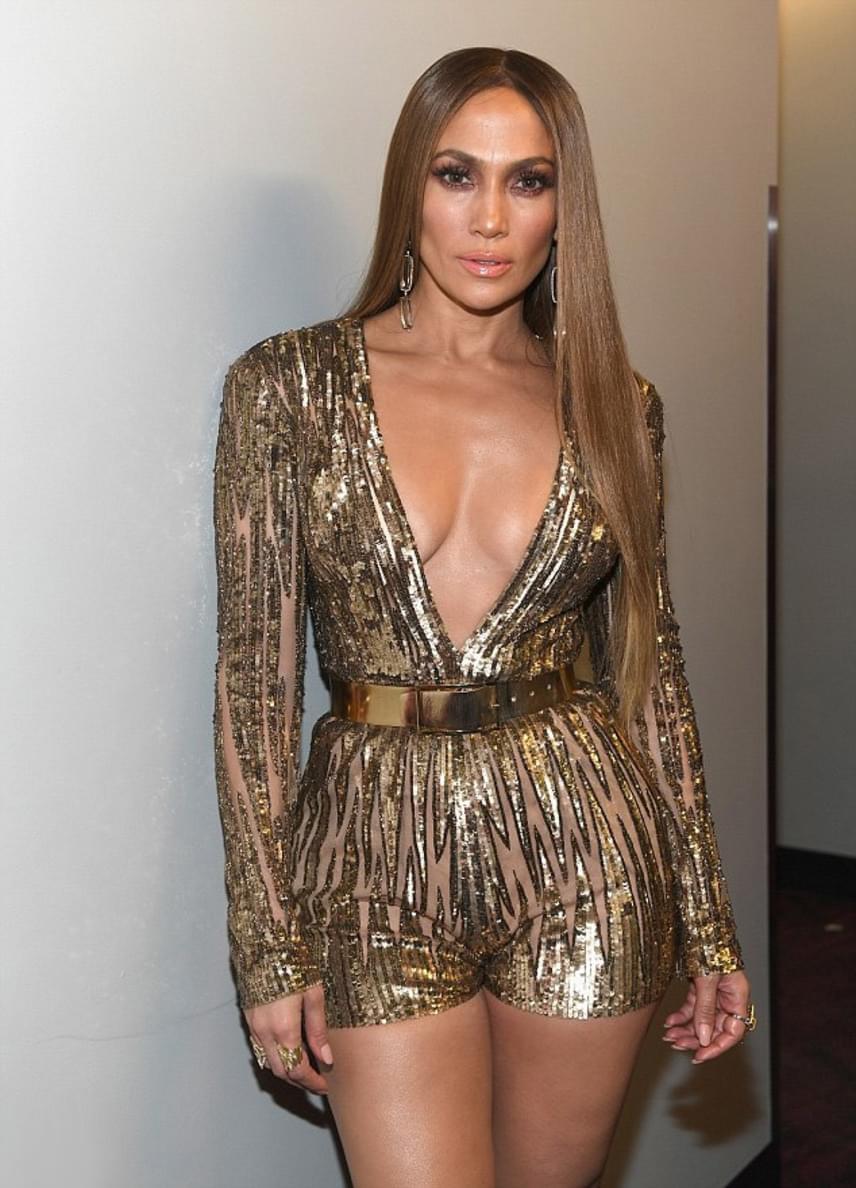 Az énekesnő átöltözve sem spórolt a dekoltázzsal - nem sokat bízott a fantáziára aranyszínű, flitteres szettje, ami alá szintén nem húzott melltartót.