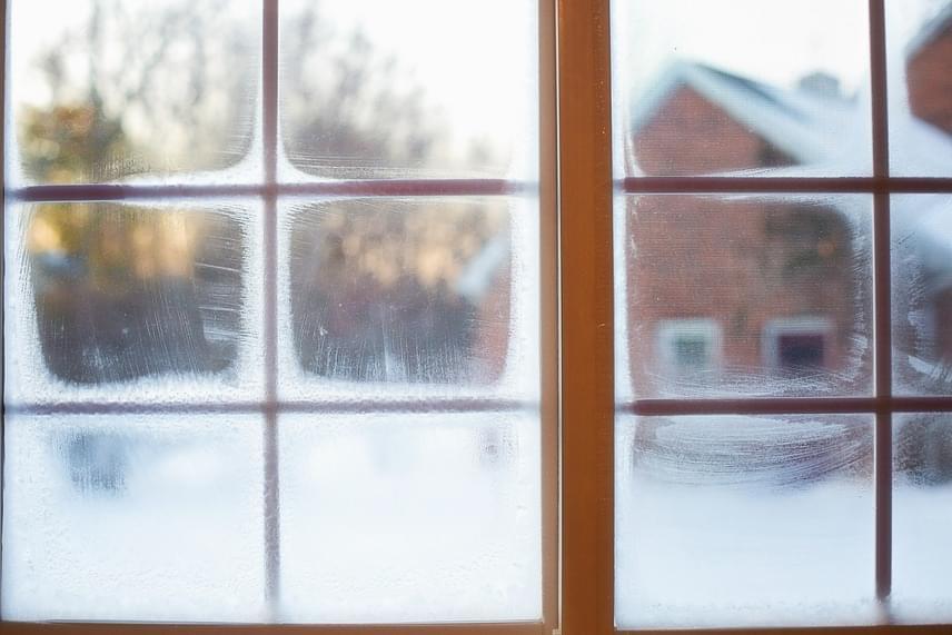 Az erős oldat nemcsak akkor hasznos, ha már megtörtént a baj, hiszen megelőzésre is alkalmazható. Ha áttörlöd vele az ablakokat vagy a szélvédőt, több napon át biztosíthatod az üvegfelület védettségét. Az ecet ráadásul minden időben hatékony, olcsó és természetes alternatívája a bolti ablakmosó szereknek, ezért a tél elmúltával sem kell a szekrény aljára süllyesztened.