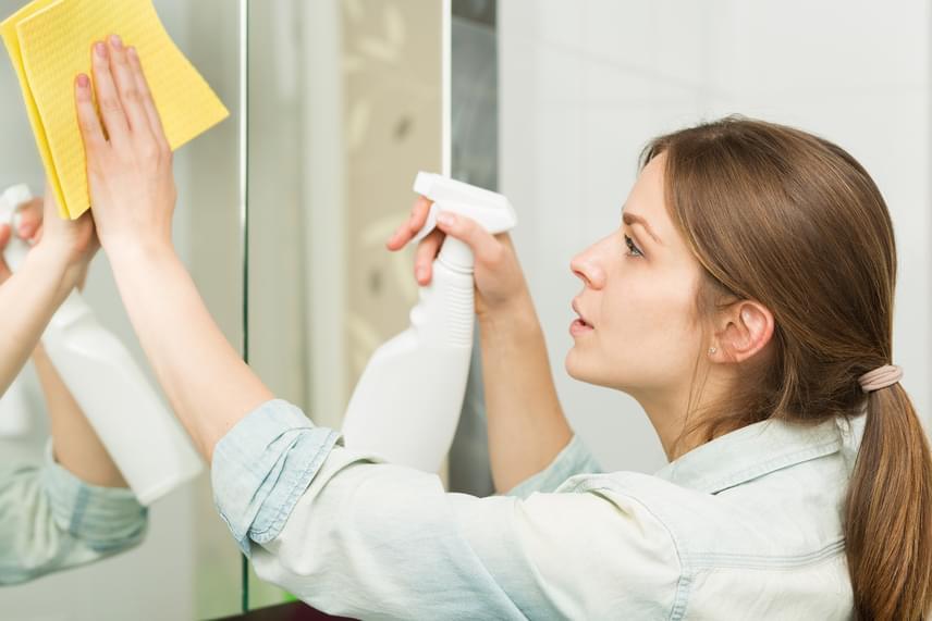 Az ecetes oldat nemcsak az ablakokon alkalmazható, hiszen kiválóan tisztítja és páramentesíti a tükröket is. A legerősebb bolti üvegtisztítókkal felveszi a versenyt, ráadásul a túlzott párásodás megelőzésben is hasznos lehet.