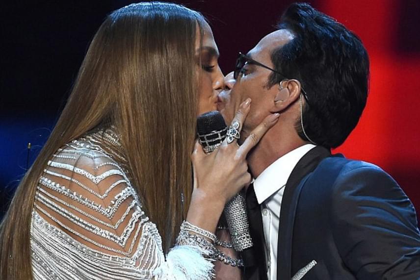 Két gyerek és tíz közös év után érthető, hogy még mindig ragaszkodnak egymáshoz, bár sokan bírálták az énekesnőt, amiért a nős exét csókolgatta.