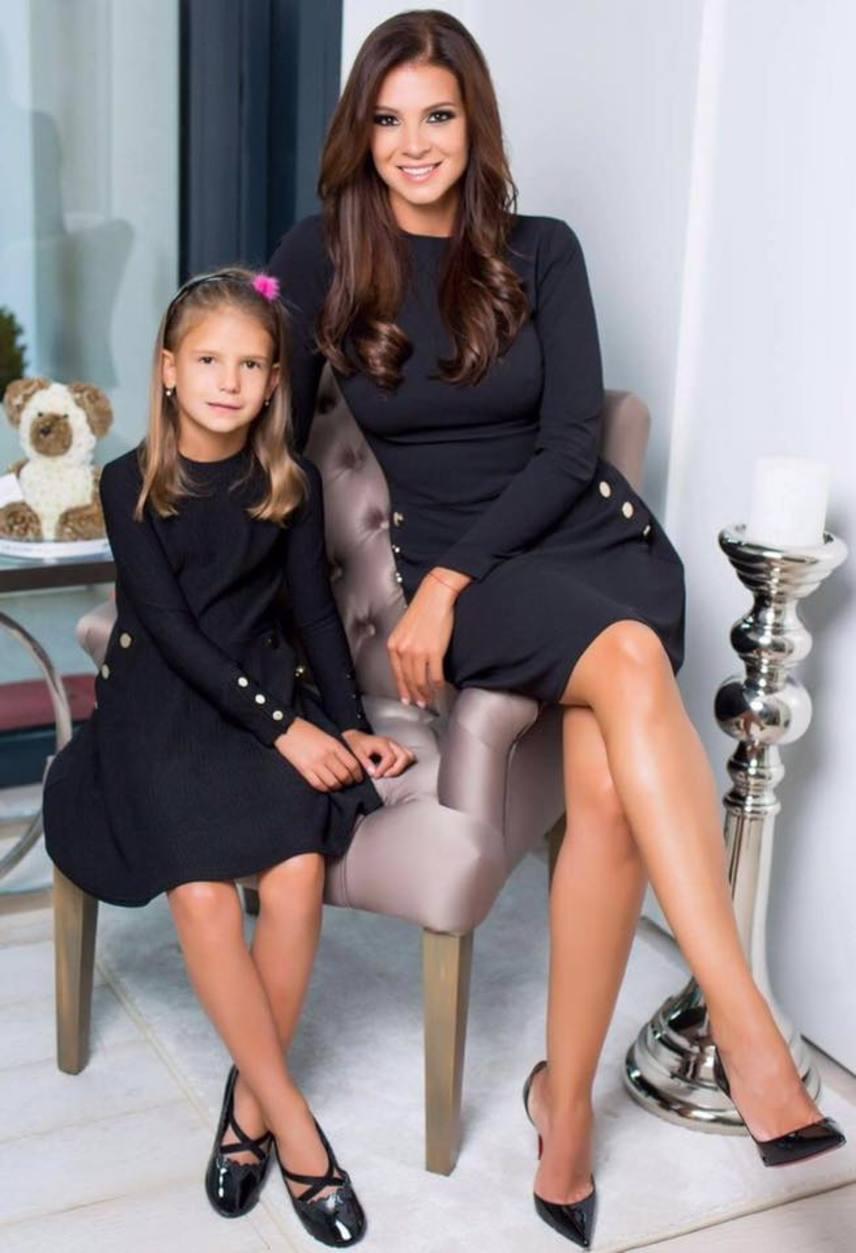 Sarka Kata is egy szépségversenyen tűnt fel: 2007-ben előbb Budapest legszebb lányának választották, majd ugyanebben az évben a Miss Universe Hungaryn második helyezett lett. Hajdú Péter felesége két gyermek édesanyja - lánya, Noémi 2009-ben látta meg a napvilágot.