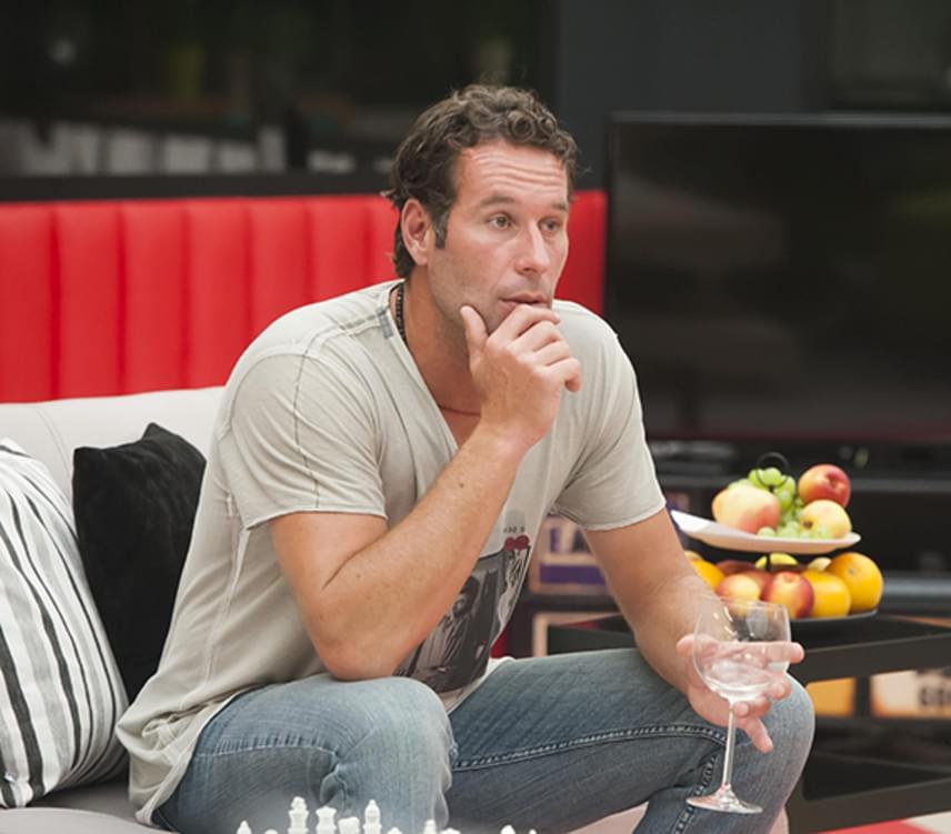 Noszály Sándor 2010-ben Los Angelesbe költözött, ahol teniszoktatóként olyan hírességeket tanított sportolni, mint például Bill Gates. A TV2 egykori sztárja 2015 őszén Friderikusz Sándor vendége volt az Összezárva Friderikusszal című műsorban, ahol elárulta, hogy feleségével, a Jóban Rosszban sorozatból ismert Novák Henriettával kilenc év után azért ment tönkre a házassága, mert megcsalta.