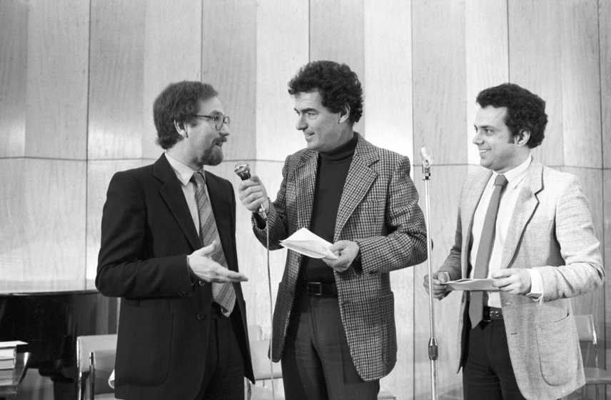 Vágó István, Szilágyi János és Rózsa György, a rádió és televízió népszerű riporter-játékvezetői az Országos Rendező Iroda szervezésében készülő Játékpárbaj című műsor felvételén 1983-ban.