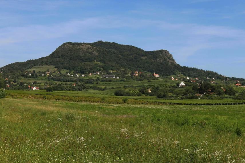 A Szent György-hegy története négymillió évre nyúlik vissza, alapkövei még a Pannon-tengerből származnak. A felszíni bazaltréteg ezt követően heves vulkánkitörések következtében rakódott rá. Ennek a kemény felületnek köszönheti, hogy az erózió nem hatott rá. Az aggodalmak ellenére a kutatók egyöntetűen állítják, a helyen több millió éve semmiféle aktivitásra utaló jel nem volt.