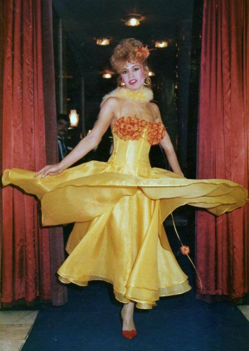 Bíró Ica ebben a sárga estélyijében legalább olyan gyönyörűen fest, mint a korszak bármelyik más világhírű sztárja.