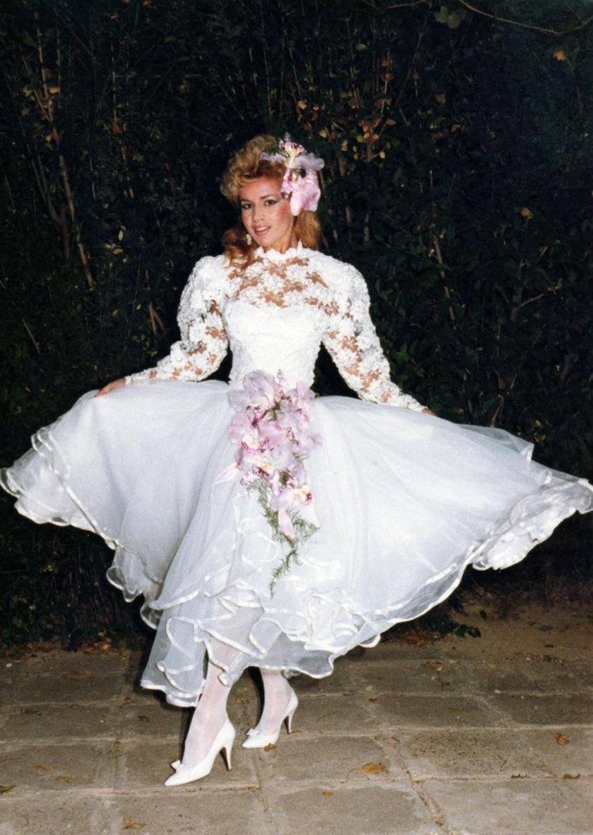 A fénykép tanúsága szerint a nyolcvanas évek körülrajongott szupermodelljének a fehér csipkeruha és a magas sarkú cipő is remekül állt.