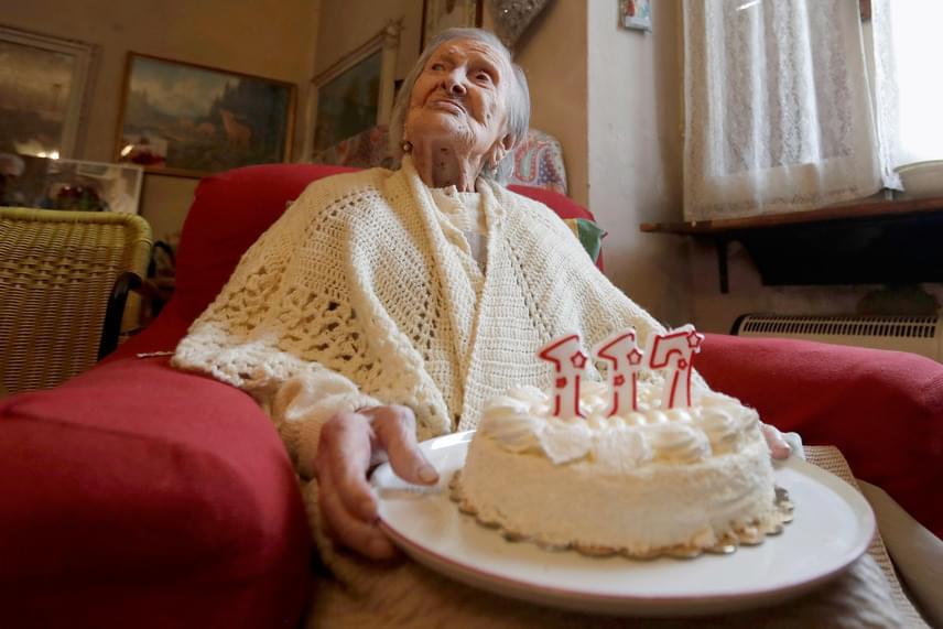 A 117 éves olasz Emma Morano születésnapi tortájával verbaniai otthonában 2016. november 29-én. Emma az utolsó élő ember, aki még az 1800-as években született. Elődje az amerikai Susannah Mushatt Jones volt, ám a hölgy 2016. május 12-én New Yorkban elhunyt.