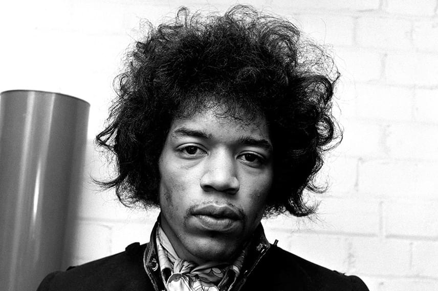 Jimi Hendrix 1970-es halálának körülményeit a mai napig nem tisztázták rendesen. A hivatalos álláspont szerint az altatók és az ezekre ivott alkohol miatt saját hányásába fulladt bele 27 évesen, azonban sokan a maffiára vagy a CIA-ra gyanakodtak. A titkosszolgálatoknak szemet szúrhatott Hendrixnek a Black Panters nevű, feketék által létrehozott kormányellenes, lázadó szervezettel való kapcsolata, amit Hendrix anyagilag is egyre komolyabban támogatott.