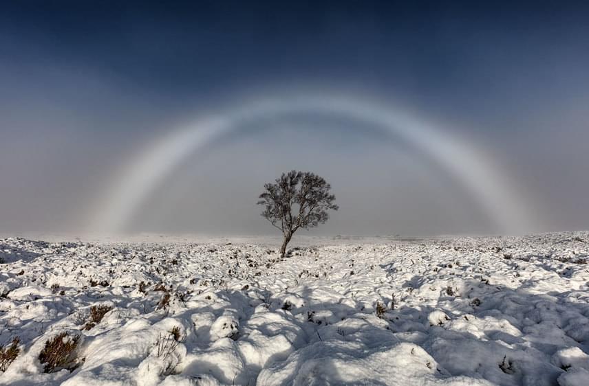 Melvin Nicholson egy ködszivárványt, más néven ködívet kapott lencsevégre Glencoe közelében, Rannoch Moore környékén. Ennél a hófehér, színek nélküli szivárványnál a fénytörést nem az esőcseppek, hanem a ködöt alkotó mikroszkopikus vízmolekulák okozzák.