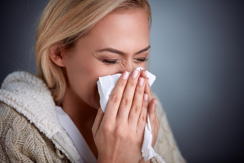 Ne trombitálj! A legtöbb ember mindkét orrlyukát betapasztja, és teljes erőből fújja az orrát, gondolván, hogy így még hatékonyabb a járatok tisztulása. Pedig pontosan ezen a módon kerülhet a váladék nemcsak az orrnak a melléküregébe, hanem akár a fül járataiba is. Ennek súlyos szövődmény is lehet a vége. Az orr bal és jobb lyukát felváltva, befogva kell fújni. Segít az, ha előrehajtod a fejedet, hogy a gravitáció is hasson. Ha szeretnél bővebben is olvasni a helyes, szövődménymentes orrfújás mikéntjéről, kattints ide!