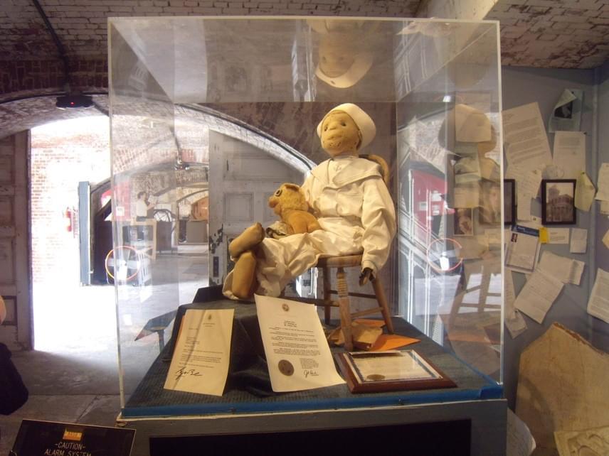 A félelemetes játékot a floridai Key Westben található Fort East Martello Museumban állították ki: a babát megtekintő turisták furcsa élményekről számoltak be, egy látogató például azt részletezte, hogy a Robertről készült fényképei később eltűntek a gépéről, és éjszakánként is furcsa zajokat hall. Elterjedt a legenda, miszerint tilos lefényképezni anélkül, hogy engedélyt kérnének tőle.