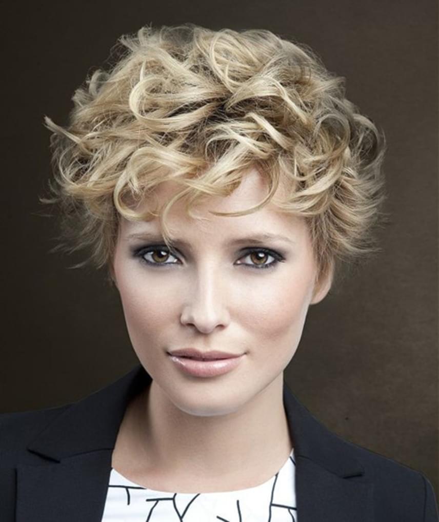 A pixie frizura fejtetőn hosszabbra hagyott tincseit kérheted egészen hosszú változatban, hiszen így dauer vagy hajsütő segítségével hullámosra formálhatod őket. A hullámok lágyságot kölcsönöznek az arcodnak, ami fiatalít, míg frizura az arcformádat nyújtja, így kevésbé lesz látványos, ha van egy kis tokád.