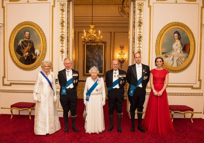 Új közös fotó készült a királyi családról a Buckingham-palota falain belül. Katalin hercegné ezúttal is tündökölt, Diana hercegnő kedvenc tiaráját viselte az eseményen.
