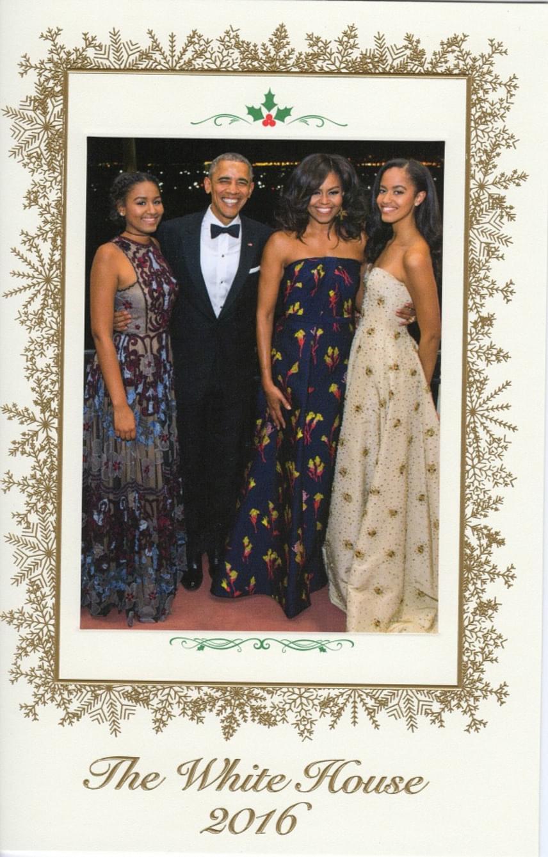 Hivatalosan is elbúcsúzott az Obama család a Fehér Háztól: már a karácsonyi portréjuk is elkészült, amivel utoljára boldog ünnepeket kívánhatnak az amerikai lakosoknak.