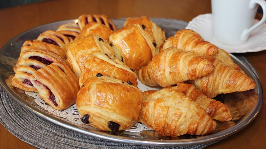 Fehér lisztből készült péksüteményekA fehér cukorból és finomlisztből készült péksüteményekben és kenyerekben nincsenek rostok, vitaminok és ásványi anyagok, hasznos tápanyagot pedig mondhatni nem is tartalmaznak. A bolti péksüti helyett süss otthon, alapanyagként pedig teljes kiőrlésű lisztet, mandulalisztet, zablisztet vagy rizslisztet használj!