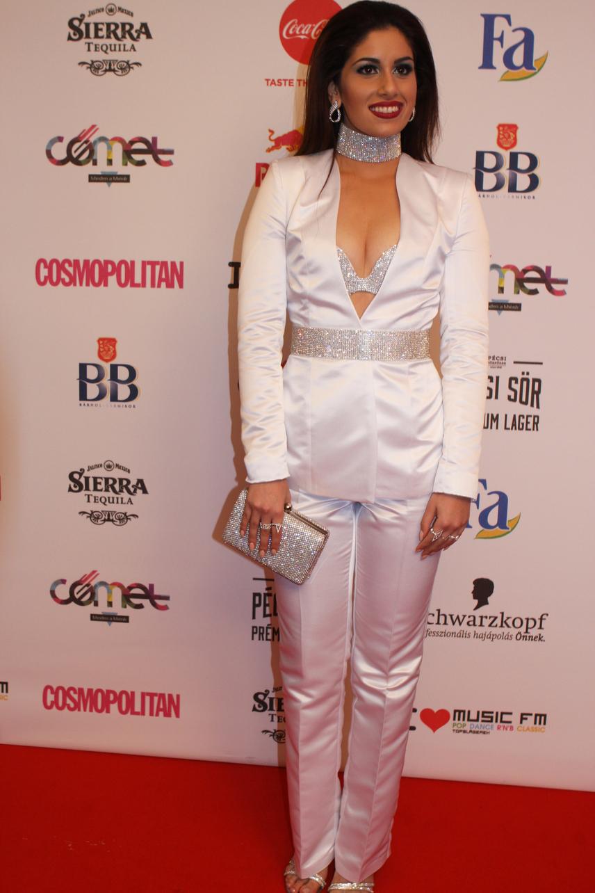 A 15. alkalommal megrendezett Comet-díjátadó egyik legmerészebben öltözött híressége Radics Gigi volt. A 20 éves énekesnő tőle szokatlanul merész dekoltázzsal jelent meg a novemberi eseményen. A ruhakölteményt Rabócsi Renátával közösen álmodta meg.