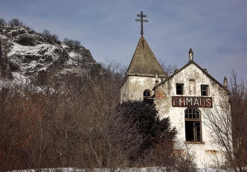 Bár ritkán hallani a Balaton kísérteties látnivalóiról, az Emmaus-, más néven Ify-kápolna a gyönyörű, Balaton-felvidéki Szent György-hegyen áll. Az épületet Ify Lajos remeteplébános építette, aki az Emmausnak elnevezett birtokán élt az '50-es évektől kezdve, elvonulva a rendszer és a nagyvilág elől. A pap 1967. évi halálát követően a birtok pusztulni kezdett, bár máig magántulajdonban van. Emiatt a kísérteties kápolna csak kívülről tekinthető meg.