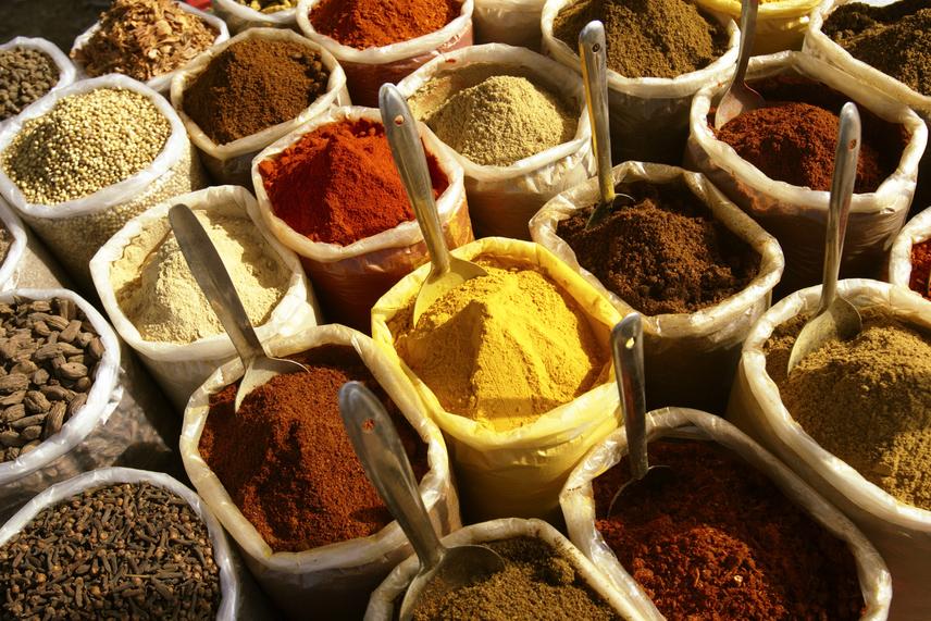 A fűszerek és a szárított gyógynövények állandó használatával növelheted a K-vitamin szintjét a szervezetedben. A paprika, chili, curry és Cayenne-bors emellett tartalmaz sok E- és C-vitamint is. A petrezselyem, bazsalikom, majoránna, kakukkfű és oregánó nemcsak ízletesebbé teszik a mindennapjaidat, de tápanyagokban is igen gazdagok. Rendszeres használatuk jótékony hatással van a teljes emésztőrendszerre.