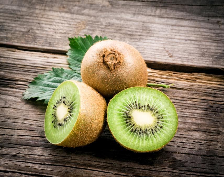 A kivi a legmagasabb K-vitamin-tartalommal bíró gyümölcs, már két kisebb darab fogyasztása fedezi a napi szükségletet. A benne található K-vitamin leginkább a véralvadásra van jó hatással. Külön érdeme az, hogy tápanyagokban igen gazdag, de kalóriában szegény, tehát a diétának és az egészségtudatosabb táplálkozásnak is remek kiegészítője. A kivi rostokkal és káliummal is tele van, ami kedvező a szív működésének, megemelkedett C-vitamin-tartalma pedig hatékony antioxidánsként funkcionál.