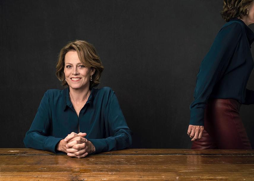 Néha Sigourney Weaver türelme is elfogy: akkor bájos mosolya mögé rejti, hogy bizony szívesen felállna attól a képletes asztaltól.
