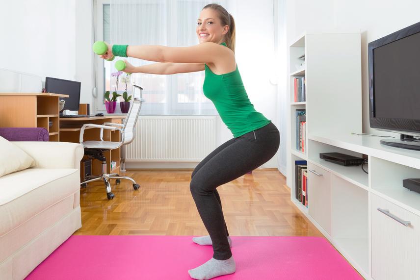 Ha sikerül magad egy-egy percig megtartani, kicsit nehezíthetsz a gyakorlatokon. Lépj közben aprókat oldalra, esetleg előre és hátra, vagy csináld az egész mozdulatsort súlyokkal a kezedben! Viszont így is figyelj mindig a helyes testtartásra!