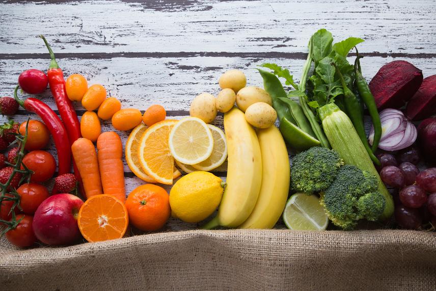 Ne koplalj, még ha nem is kívánsz semmit! Még ha éppen egy következetesen végigvitt fogyókúra kellős közepén is vagy, lázas állapot esetén függeszd fel. Az immunrendszerednek minden támogatásra szüksége van ilyenkor, és a diétás étkezés ezt nem segíti elő. Olyan táplálékokat kell beiktatni ilyenkor, amelyek megerősítik a szervezet védőpajzsát, és tele vannak vitaminokkal, ásványi anyagokkal és nyomelemekkel. A C-vitaminban és antioxidánsokban gazdag zöldségek és gyümölcsök elengedhetetlenek a legyengült test számára. Mindenképp egyél, akkor is, ha nem kívánsz semmit, és a folyadékpótlásról se feledkezz meg, lázas állapot esetén ez az egyik legfontosabb teendő.