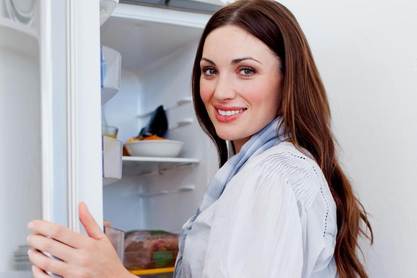 Bár sokan egyértelműnek tartják, hogy az ételeket szobahőmérsékleten olvasszák fel, ez nem túl jó megoldás, a húsok esetében például, míg a belsejük még fagyott, a kedvező hőmérsékleten a külsejükön a baktériumok jelentős mértékben elszaporodhatnak. A lehető legbiztonságosabb megoldást a hűtőben való felolvasztás jelenti, persze ehhez idő kell, így célszerű előre tervezni.