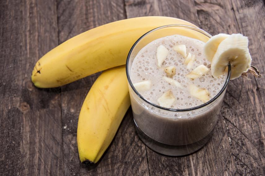 Ha van öt perced, finom turmixot készíthetsz egy banánból, egy deci mag- vagy sovány tehéntejből és egy csipet fahéjból. Az ital így 140 kalória lesz nagyjából, ám rostokat és fehérjét is biztosít, ami nagyon laktatóvá teszi, sőt, a nap folytatásához szükséges energiával is ellát.
