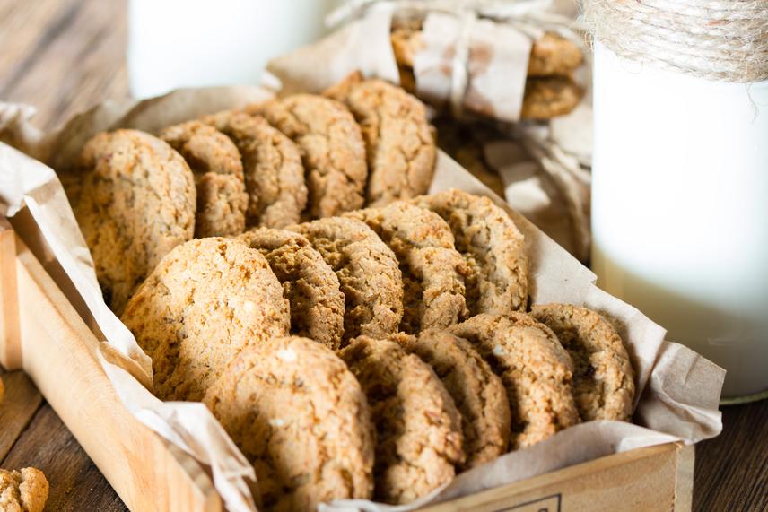 Ha szeretnéd egy kis süteménnyel kényeztetni magad, próbáld ki ezt az ínycsiklandozó zabkekszreceptet, amelyben a zab és a gyümölcsök rostokat, a mandula pedig egészséges zsírokat biztosít a szervezet számára.