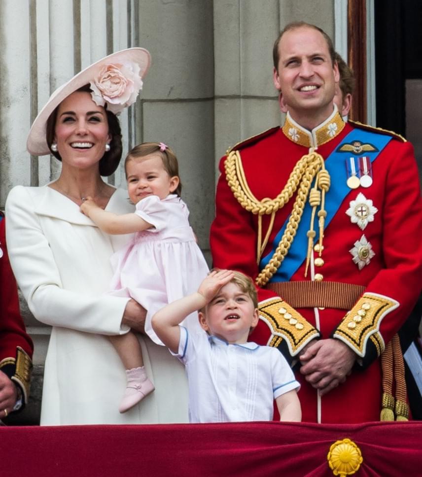 Charlotte hercegnő első szereplése a palota erkélyén. Persze bátyja, a kis György megint ellopta a figyelmet a tündéri pofavágásaival.