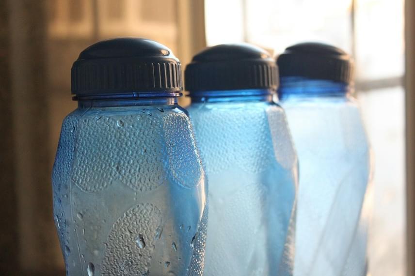 Mivel a hűtőszekrény a legtöbb energiát arra fordítja, hogy a helyet kitöltő és minden egyes ajtónyitással felmelegedő levegőt lehűtse, sokkal kevesebbet fogyaszt, ha alaposan megpakolod. A bent levő ételek jól tartják a hideget, de azzal is sokat tehetsz az ügy érdekében, ha csapvízzel töltött palackokkal töltöd ki a felesleges helyet. Ugyanez a módszer alkalmazható a fagyasztó esetén is.