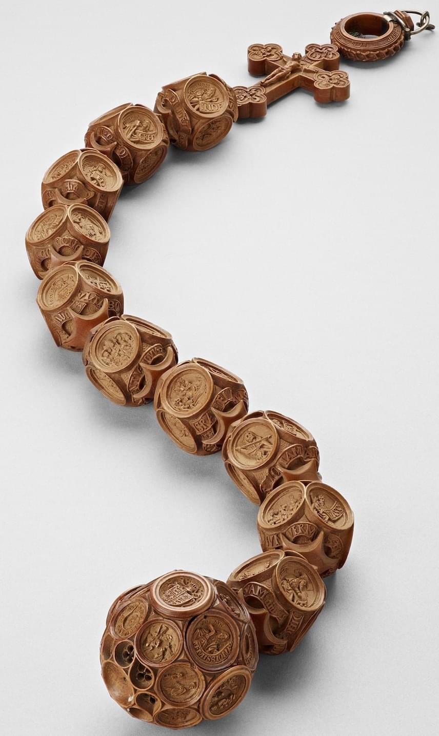 Az 500 éves miniatúra puszpángfaragványok titkára máig sem derült fény. Az emberi szem nem képes elemezni és befogadni az apró részleteket, de még a fejlett technológiával sem lehet kideríteni, pontosan hogyan, mikor, miért és kik készítették.
