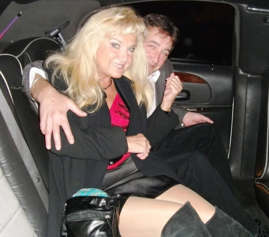 Karda Bea egy meglehetősen rövidke miniszoknyában ül szeretett férje, Laci mellett, akihez tavaly tavasszal ment feleségül 65 évesen.