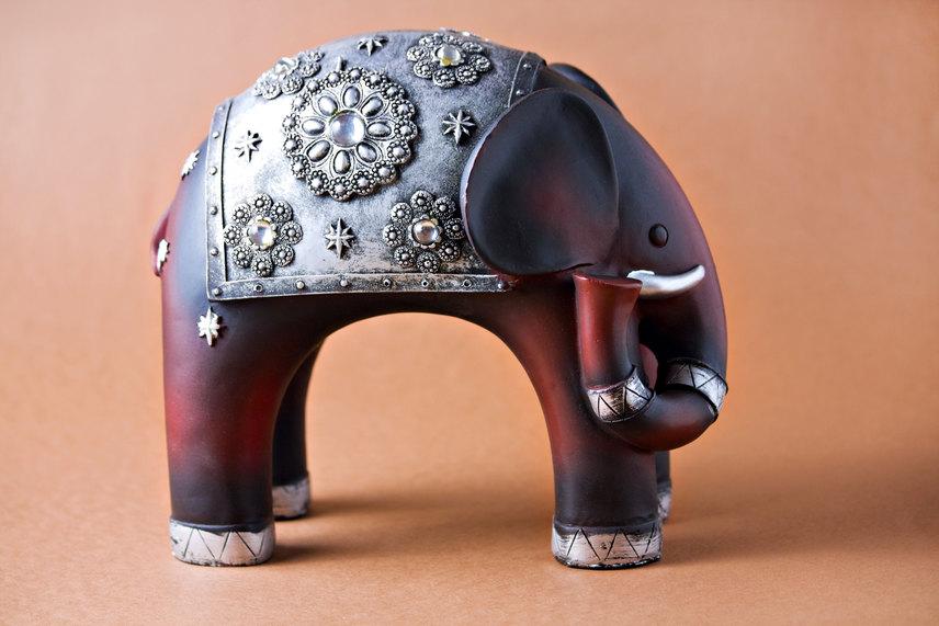Lefelé lógó ormányú elefántMár hallhattál róla, hogy az elefántszobrok szerencsét hoznak, amennyiben ormányukkal az ablak felé állítva helyezik el őket. Akkor azonban, ha az elefánt a másik irányba néz, vagy nem emeli magasra, hanem lógatja ormányát, balszerencsét hozhat.