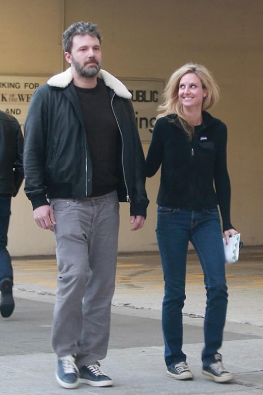 Ben Afflecket és új kedvesét tegnap kapták le a lesifotósok Beverly Hillsben - a városban sétálgatott a színész az egyelőre ismeretlen szőkeséggel.
