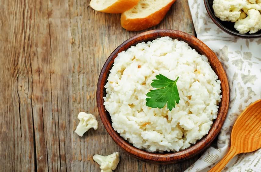 A ledarált vagy reszelt karfiol roppanósra főzve meglepően hasonlít állagában a rizsre, ám több rostot és ásványi anyagot, kevesebb szénhidrátot tartalmaz. Olvasd el, hogyan készíthetsz tökéletes karfiolrizst percek alatt otthon!