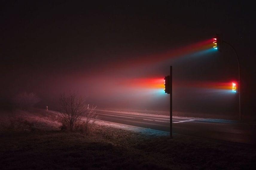 Ez a ködből kitörni vágyó színpompa különleges világba kalauzolja el a fénykép nézőit. Zimmermann saját bevallása szerint teljesen elvarázsolta őt, ahogya sűrű ködben a fény útja láthatóvá vált.