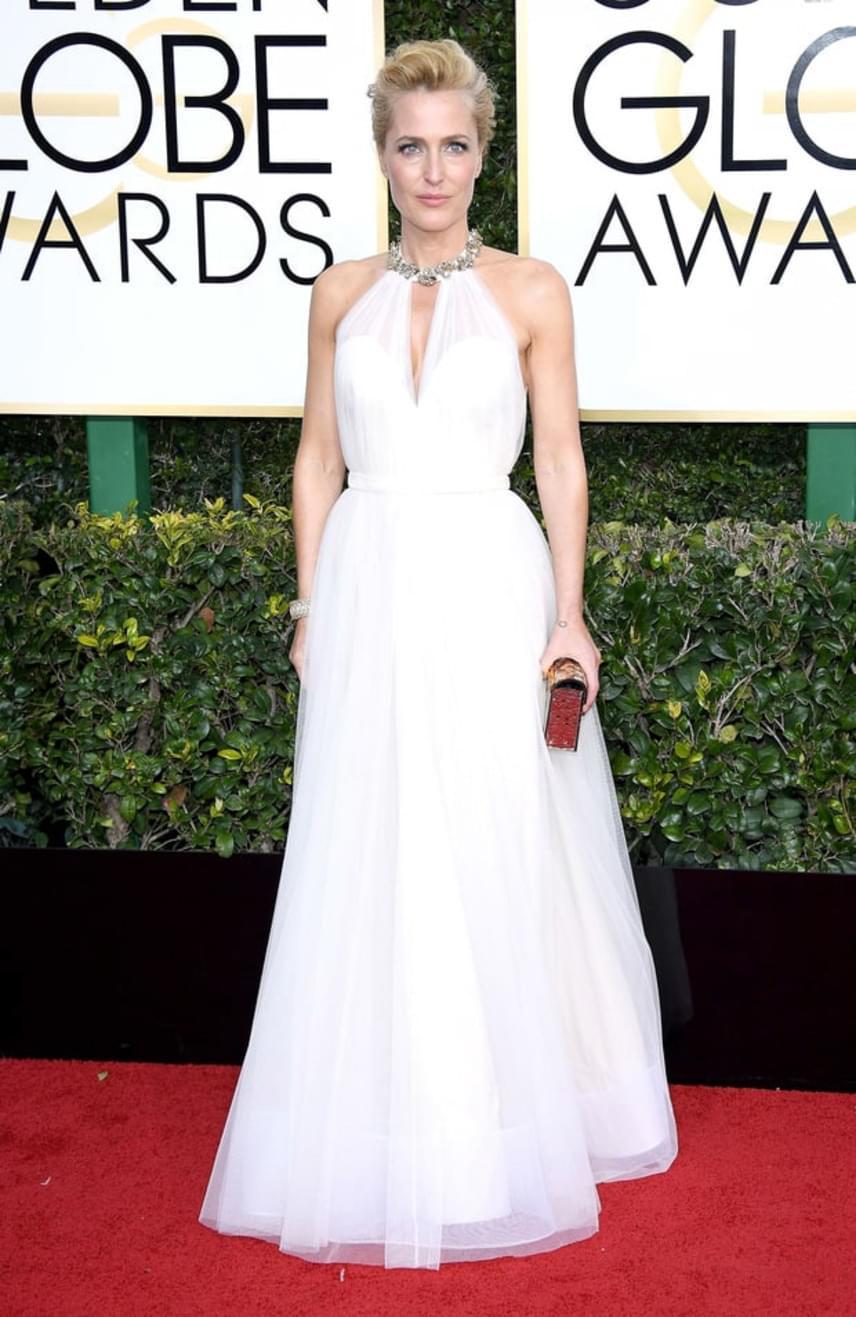 Az X-Akták sztárja, Gillian Anderson hercegnőként tündökölt a hófehér estélyi ruhájában, amit a csillogó nyakrész dobott fel.