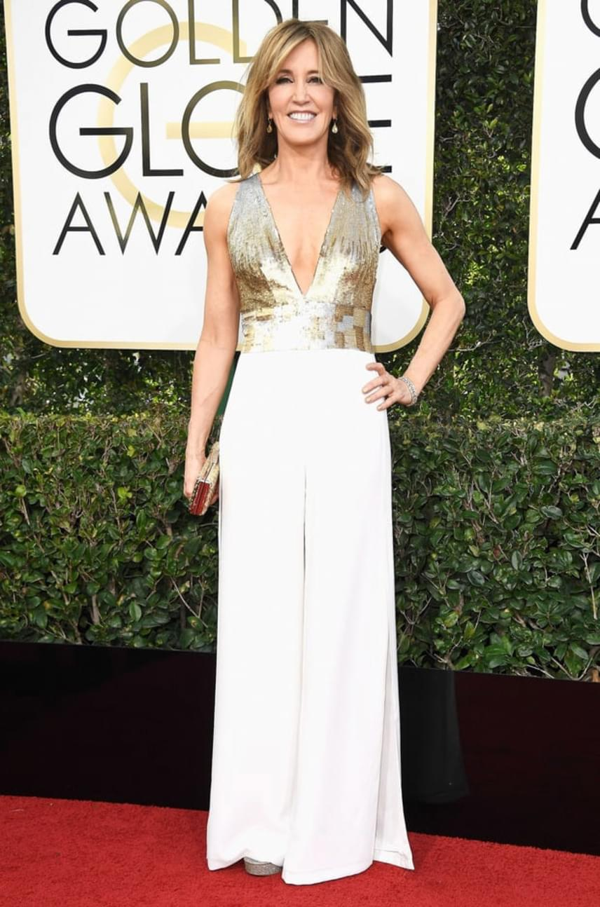 A Született feleségek egykori sztárja, Felicity Huffman is a hófehérre voksolt: ő egy aranybetétes, bő szárú overallt viselt a gálán.