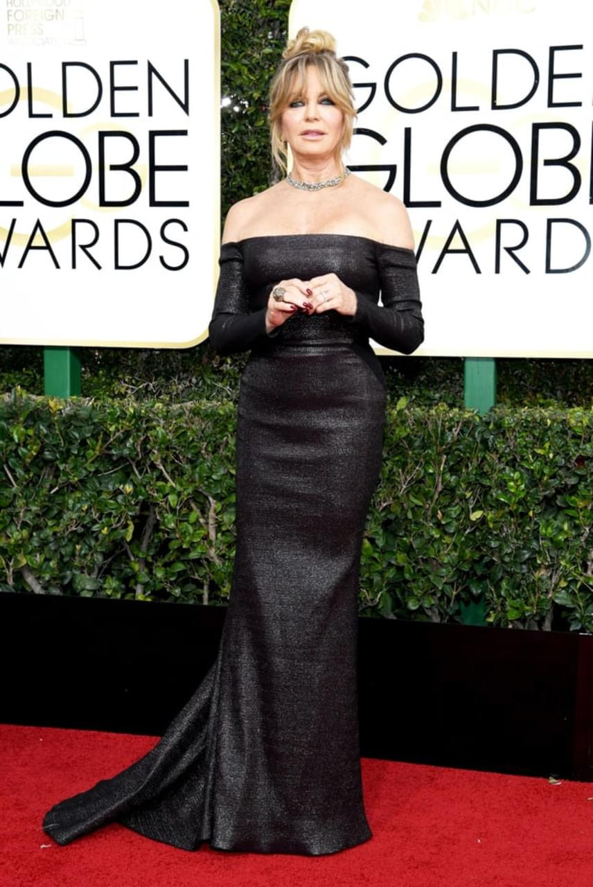 Goldie Hawn is fantasztikusan festett a vörös szőnyegen: ejtett vállú, bőrhatású, fekete ruhájában igazán nagy feltűnést keltett.