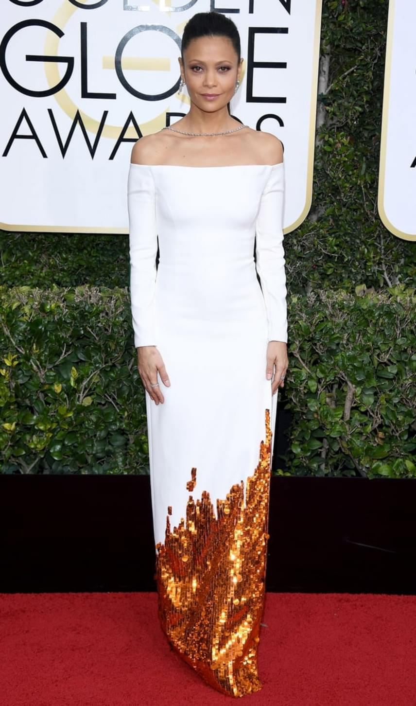 A Westworld sztárja, Thandie Newton egy egyszerű, fehér maxiruhára voksolt, amit a csillogó arany aljrész dobott fel.