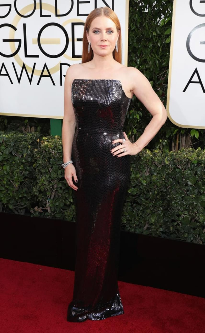Amy Adams is kiemelte nőies vonalait ebben a fekete, flitteres estélyiben, amiben remekül érvényesül az alakja.