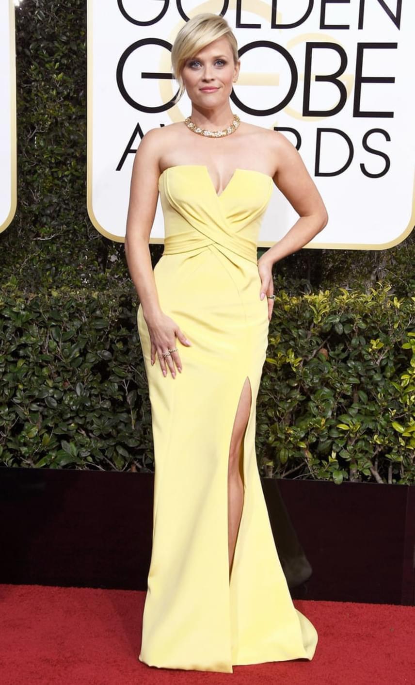Reese Witherspoont talán még sohasem láthattuk ilyen szexinek - a színésznő napsárga ruhában villantotta meg dögös dekoltázsát.