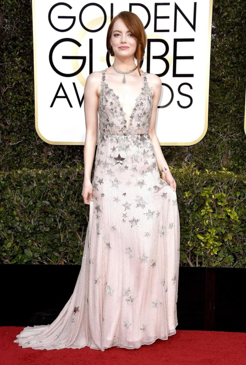 Emma Stone az est egyik nagy nyertese volt - a La La Land című musical sztárja nemcsak a legjobb női főszereplőnek járó díjat vihette haza, de a csillogó, csillagmintás ruháját is imádták.