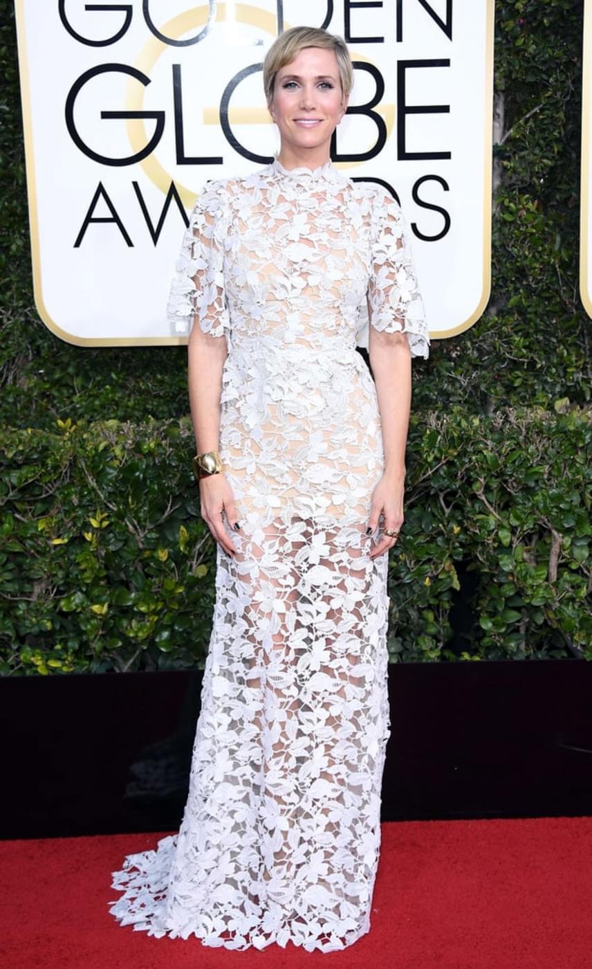 Kristen Wiig ruhája sem takart belőle sokat: csak a ruha virágmintái rejtettek el valamicskét a színésznő bájaiból.
