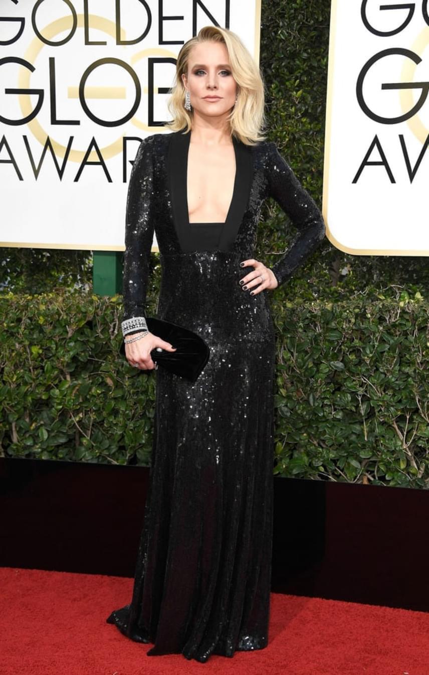 A gyönyörű Kristen Bell sem fukarkodott a dekoltázzsal: szinte az egész mellkasát felfedi ez a fekete esélyi ruha.