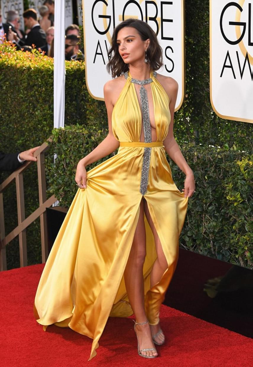 A Holtodiglan sztárja, Emily Ratajkowski ezúttal sem szégyenlősködött: láthatóan az sem zavarta, hogy aranysárga ruhája többet mutatott belőle, mint azt tervezte.