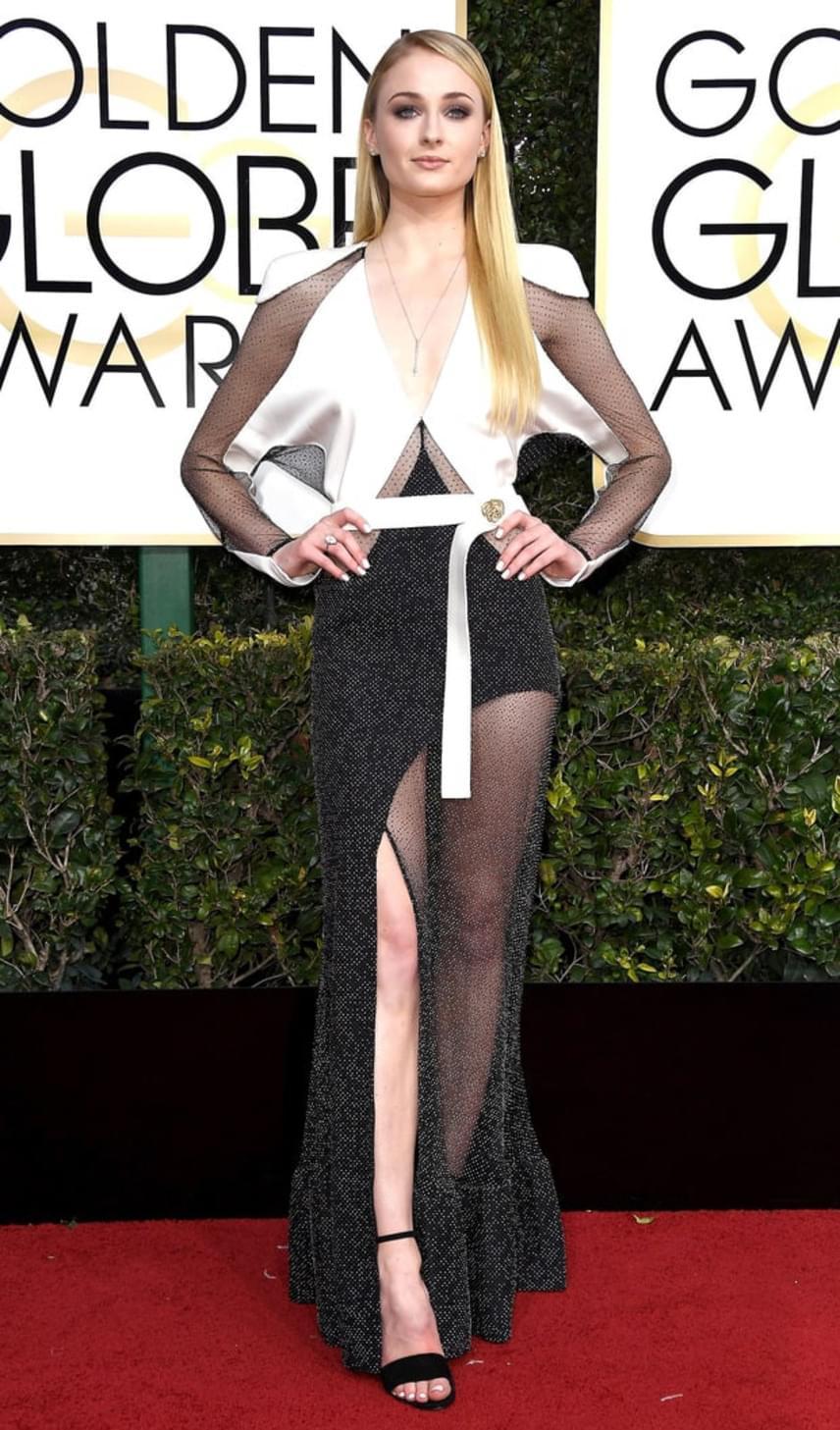 A Trónok harca fiatal szépségének, Sophie Turnernek a ruhájával sem volta elégedettek - többen írták, hogy nagyon előnytelenül áll neki ez a patchwork stílusú estélyi.